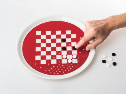 """<b>Eat &amp; Play </b><br />Il piatto-gadget """"Eat &amp; Play"""" è stato disegnato da Paolo Benevelli per Aglutèn in occasione delle feste natalizie."""